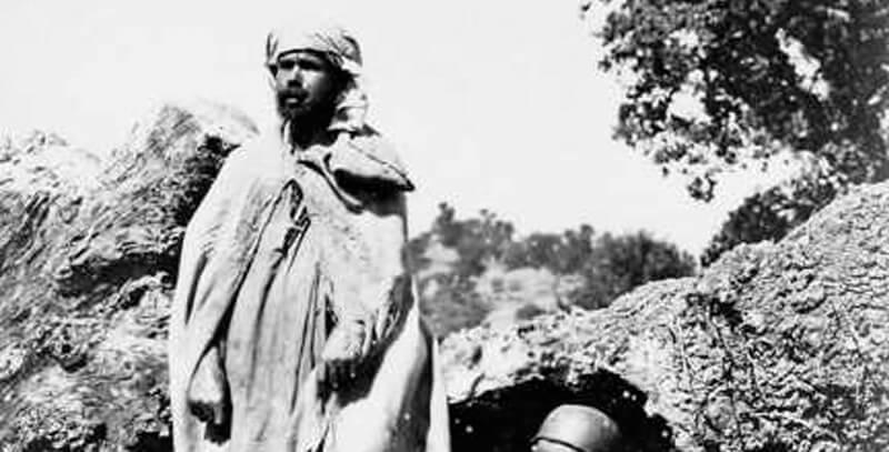 Paysans kabyles portant un burnous (berbère) - Wikipédia