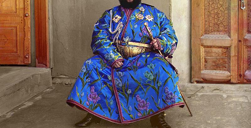 Alim Khan, dernier émir de Boukhara, en caftan ouzbek (photo de 1911).